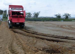 堆肥の散布作業