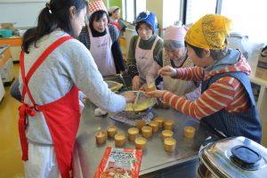 部員の指導で蒸しパンを調理する参加者