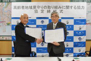 握手を交わす亀山市長㊨と松川組合長