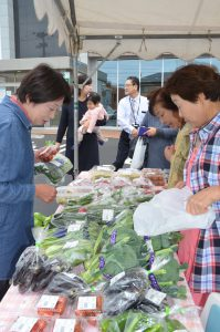 たくさんの新鮮な野菜が並んだ