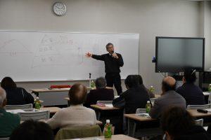 栽培管理のポイントについて話す本田氏