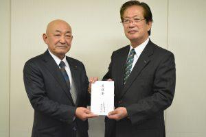 JAみやぎ仙南の浅野清組合長(右)へ義援金を手渡すJAいしのまきの松川孝行組合長
