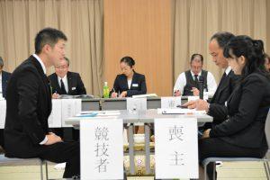 真剣なまなざしでコンテストに臨む渡邉さん(左)