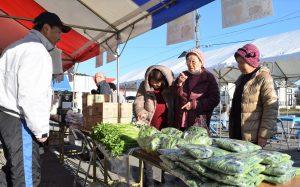 河北セリなどの旬な野菜が来場者の目を惹く
