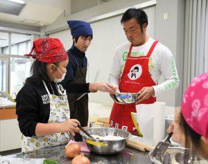 櫻田氏に教わりながら調理する親子