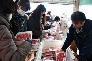 販売開始前から長蛇の列を作った牛肉の販売