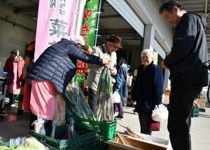 直売所も出店し、地元産の新鮮な野菜を販売